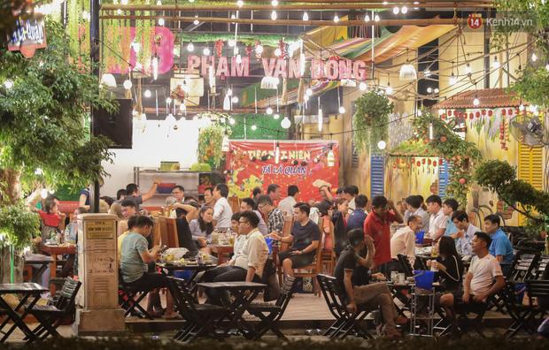 """Quán nhậu ở TP. Thủ Đức, beer club trên """"phố nhậu"""" Phạm Văn Đồng vẫn chật kín khách trong cao điểm phòng dịch Covid-19 - Ảnh 5."""