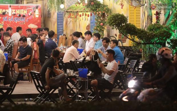 """Quán nhậu ở TP. Thủ Đức, beer club trên """"phố nhậu"""" Phạm Văn Đồng vẫn chật kín khách trong cao điểm phòng dịch Covid-19 - Ảnh 6."""