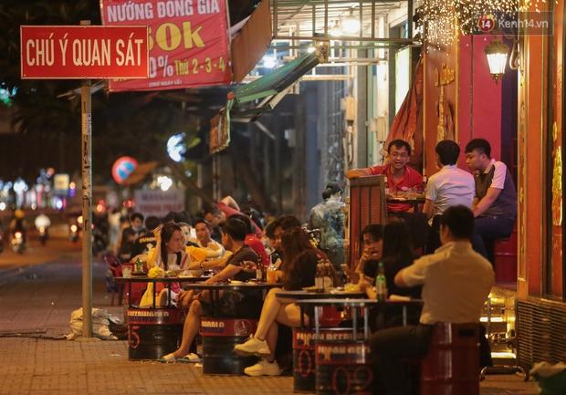 """Quán nhậu ở TP. Thủ Đức, beer club trên """"phố nhậu"""" Phạm Văn Đồng vẫn chật kín khách trong cao điểm phòng dịch Covid-19 - Ảnh 11."""