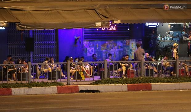 """Quán nhậu ở TP. Thủ Đức, beer club trên """"phố nhậu"""" Phạm Văn Đồng vẫn chật kín khách trong cao điểm phòng dịch Covid-19 - Ảnh 12."""