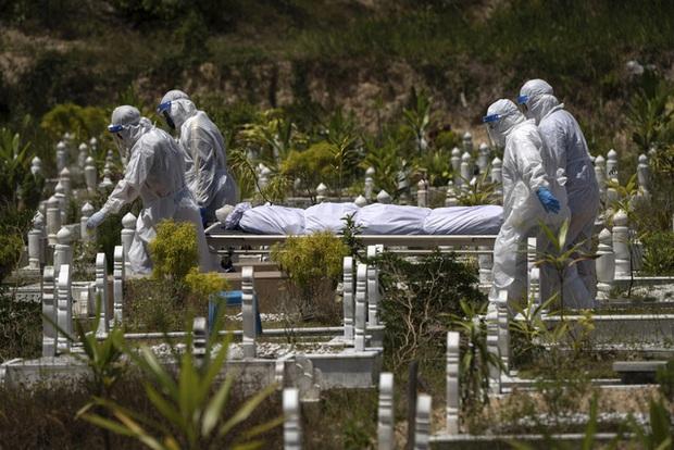 Hơn 110,7 triệu người mắc COVID-19 trên thế giới, Malaysia có số ca tử vong/ngày cao nhất - Ảnh 1.
