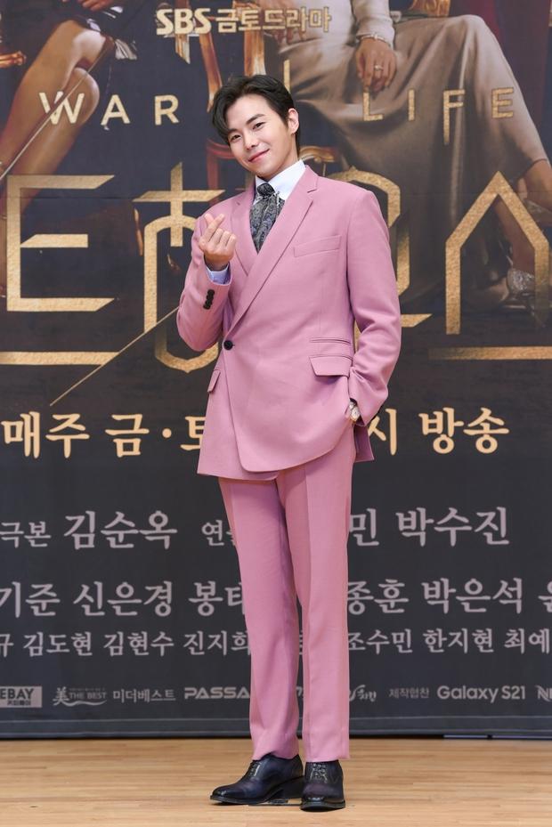 Lee Ji Ah trốn biệt tăm, để tình trẻ Park Eun Seok hồng nguyên cây siêu lạc quẻ ở họp báo Penthouse 2 - Ảnh 6.