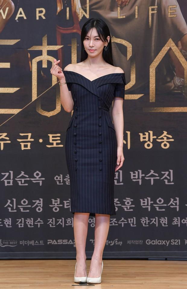 Lee Ji Ah trốn biệt tăm, để tình trẻ Park Eun Seok hồng nguyên cây siêu lạc quẻ ở họp báo Penthouse 2 - Ảnh 4.