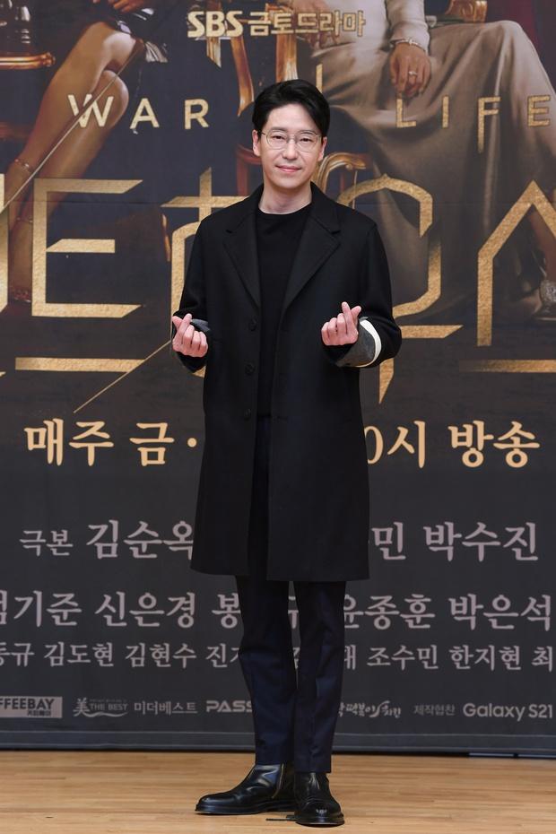 Lee Ji Ah trốn biệt tăm, để tình trẻ Park Eun Seok hồng nguyên cây siêu lạc quẻ ở họp báo Penthouse 2 - Ảnh 3.
