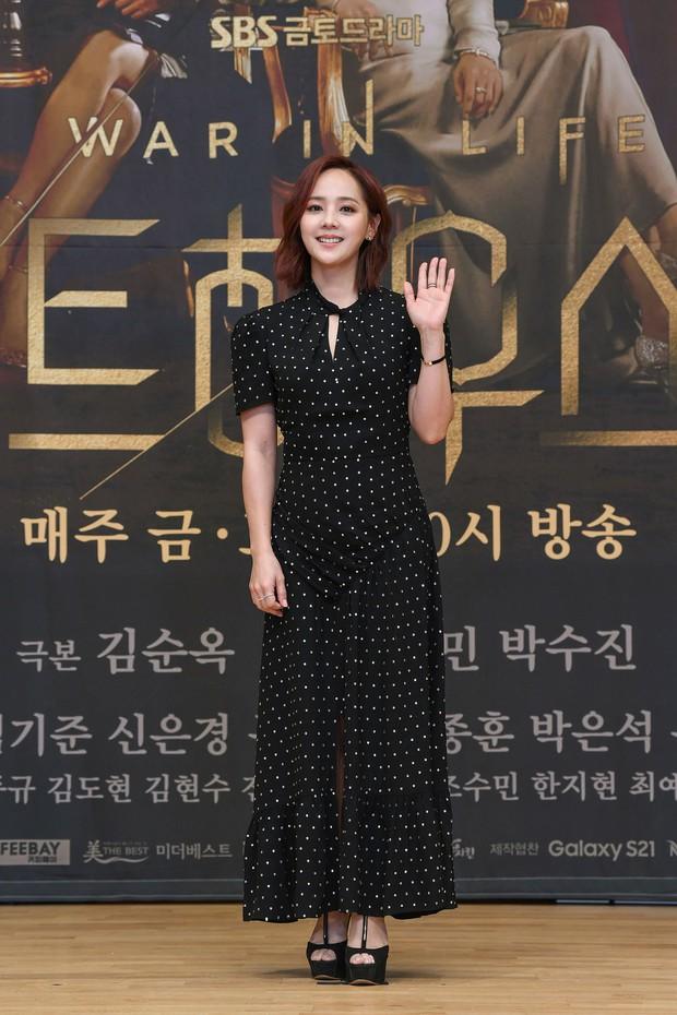 Lee Ji Ah trốn biệt tăm, để tình trẻ Park Eun Seok hồng nguyên cây siêu lạc quẻ ở họp báo Penthouse 2 - Ảnh 5.
