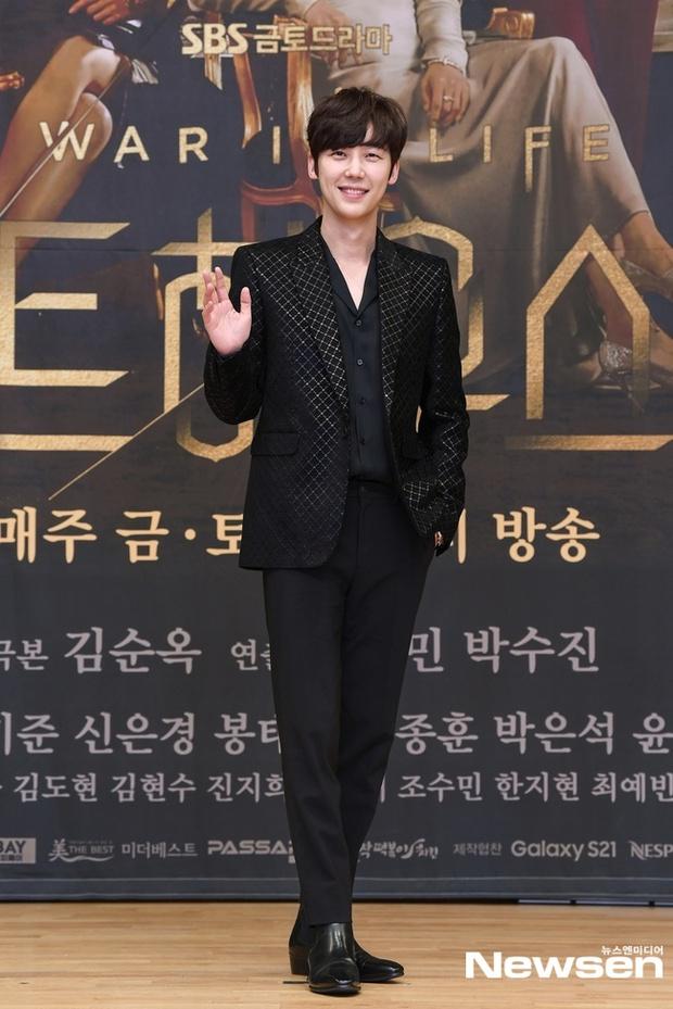 Lee Ji Ah trốn biệt tăm, để tình trẻ Park Eun Seok hồng nguyên cây siêu lạc quẻ ở họp báo Penthouse 2 - Ảnh 7.