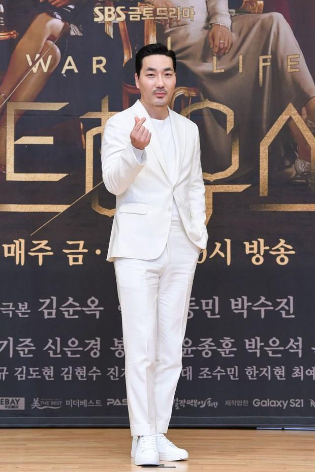 Lee Ji Ah trốn biệt tăm, để tình trẻ Park Eun Seok hồng nguyên cây siêu lạc quẻ ở họp báo Penthouse 2 - Ảnh 9.