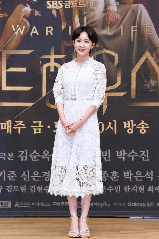 Lee Ji Ah trốn biệt tăm, để tình trẻ Park Eun Seok hồng nguyên cây siêu lạc quẻ ở họp báo Penthouse 2 - Ảnh 10.
