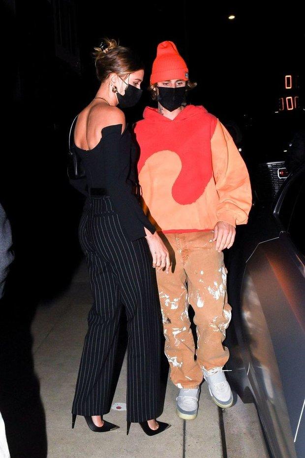 Vợ chồng Justin Bieber rủ nhau ra ngoài ăn tối, body hot hừng hực của Hailey bị chiếc siêu xe 11 tỷ đồng làm lu mờ - Ảnh 2.