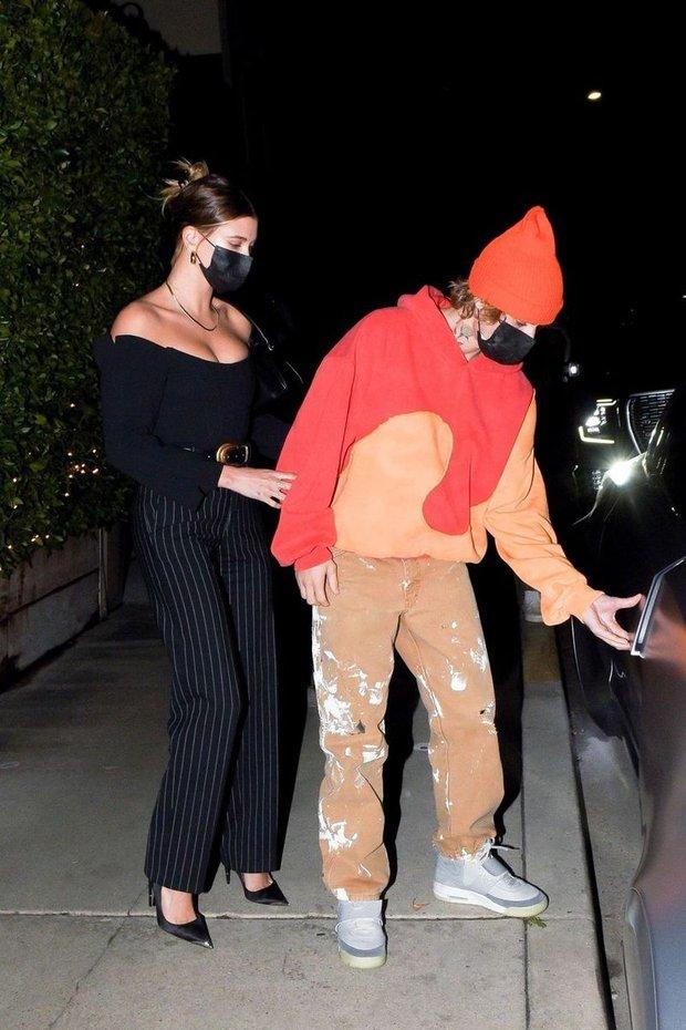Vợ chồng Justin Bieber rủ nhau ra ngoài ăn tối, body hot hừng hực của Hailey bị chiếc siêu xe 11 tỷ đồng làm lu mờ - Ảnh 4.