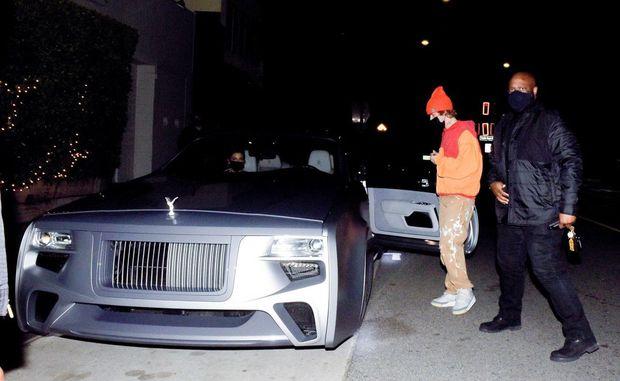 Vợ chồng Justin Bieber rủ nhau ra ngoài ăn tối, body hot hừng hực của Hailey bị chiếc siêu xe 11 tỷ đồng làm lu mờ - Ảnh 6.