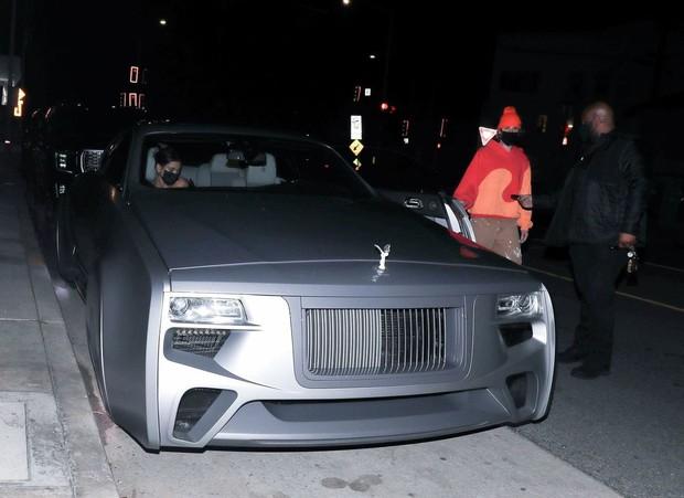 Vợ chồng Justin Bieber rủ nhau ra ngoài ăn tối, body hot hừng hực của Hailey bị chiếc siêu xe 11 tỷ đồng làm lu mờ - Ảnh 7.