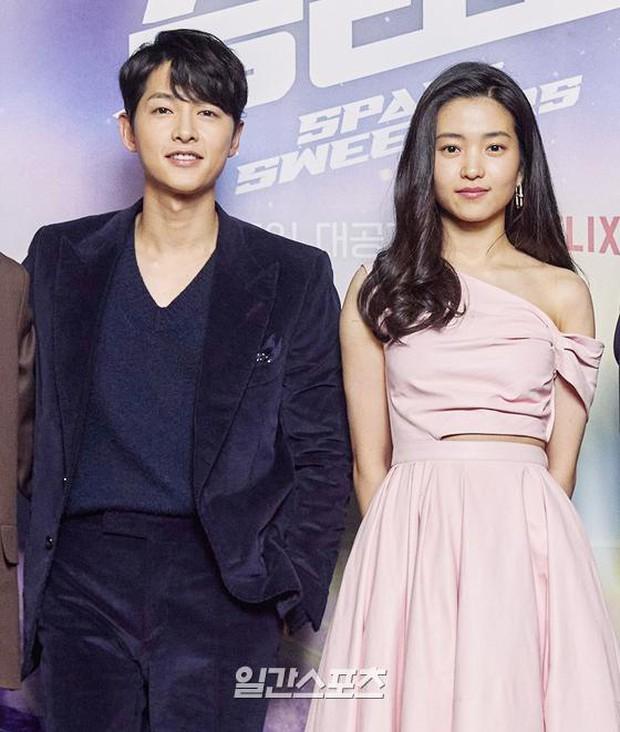 Sự kiện hot nhất sáng nay: Song Joong Ki sánh đôi bên bản sao Song Hye Kyo, nhưng lại lộ dấu hiệu lão hóa - Ảnh 5.