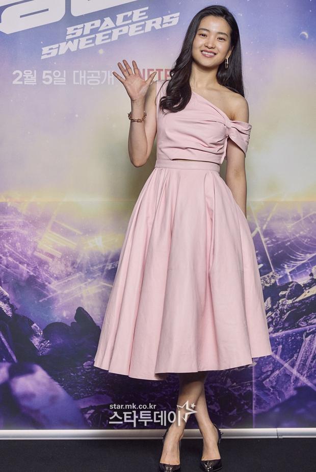 Sự kiện hot nhất sáng nay: Song Joong Ki sánh đôi bên bản sao Song Hye Kyo, nhưng lại lộ dấu hiệu lão hóa - Ảnh 4.
