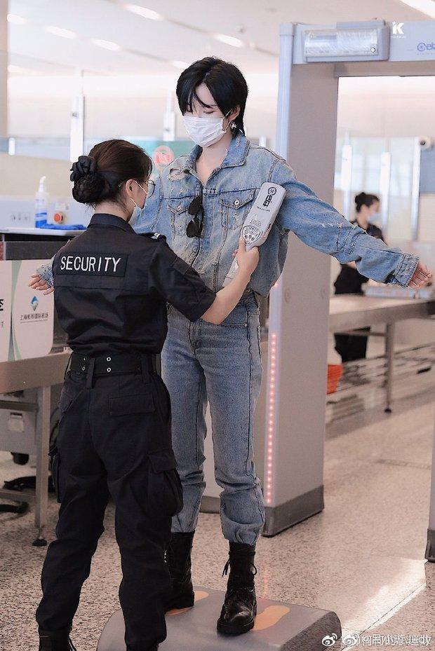 Hình ảnh kiểm tra an ninh của thành viên girlgroup khiến chị em xao xuyến vì quá... đẹp trai, hoá ra lại là học trò Lisa - Ảnh 2.