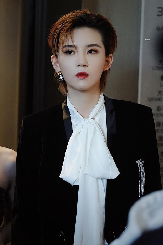 Hình ảnh kiểm tra an ninh của thành viên girlgroup khiến chị em xao xuyến vì quá... đẹp trai, hoá ra lại là học trò Lisa - Ảnh 11.
