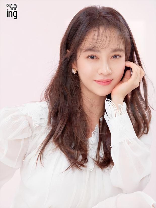 Mợ ngố Song Ji Hyo lột xác thành phù thủy quyến rũ, dụ dỗ trai trẻ bán linh hồn trong phim mới - Ảnh 1.