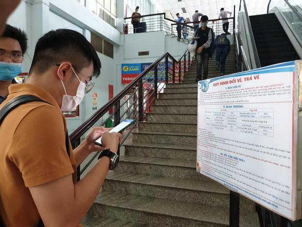 Hàng trăm hành khách đến ga Sài Gòn trả vé: Mặc dù nhớ người thân, nhưng tôi chấp nhận hoãn về quê ăn Tết để phòng dịch Covid-19 - Ảnh 6.