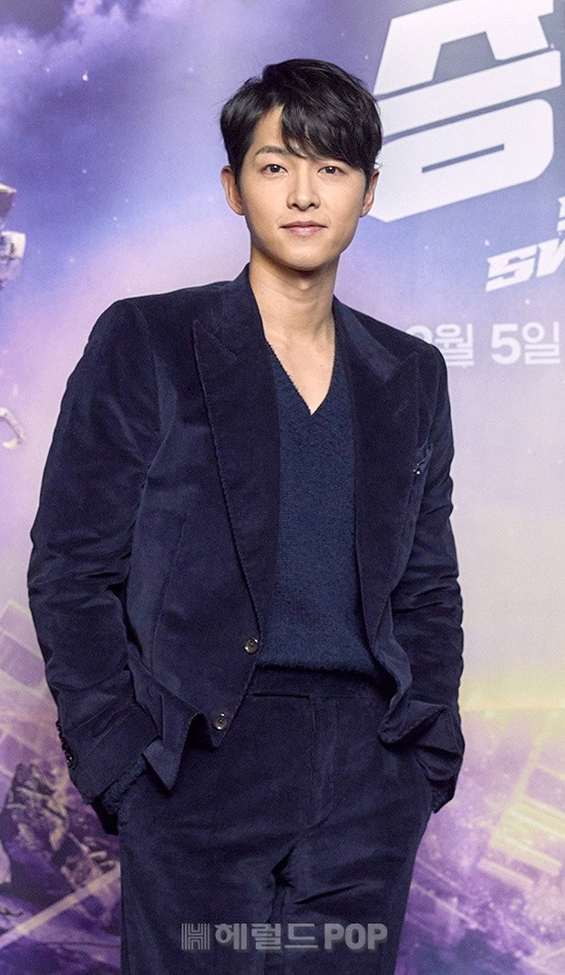 Sự kiện hot nhất sáng nay: Song Joong Ki sánh đôi bên bản sao Song Hye Kyo, nhưng lại lộ dấu hiệu lão hóa - Ảnh 2.