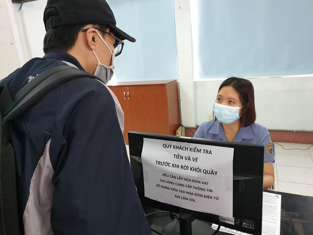 Hàng trăm hành khách đến ga Sài Gòn trả vé: Mặc dù nhớ người thân, nhưng tôi chấp nhận hoãn về quê ăn Tết để phòng dịch Covid-19 - Ảnh 12.