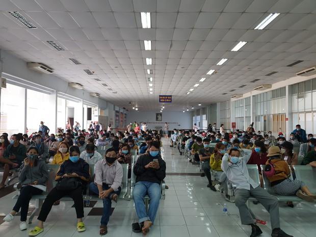 Hàng trăm hành khách đến ga Sài Gòn trả vé: Mặc dù nhớ người thân, nhưng tôi chấp nhận hoãn về quê ăn Tết để phòng dịch Covid-19 - Ảnh 1.