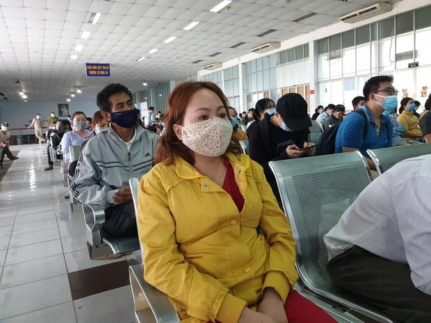 Hàng trăm hành khách đến ga Sài Gòn trả vé: Mặc dù nhớ người thân, nhưng tôi chấp nhận hoãn về quê ăn Tết để phòng dịch Covid-19 - Ảnh 4.