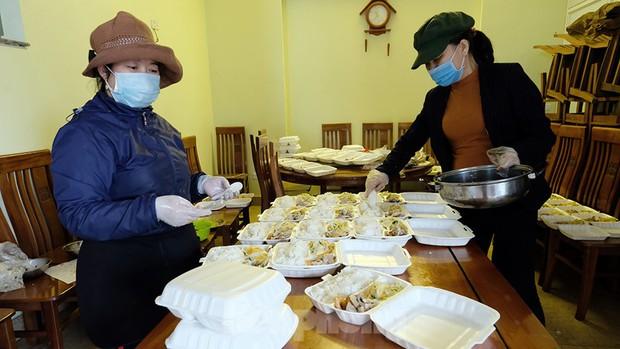 Nhìn gần nơi cung cấp hàng trăm suất ăn cho học sinh cách ly tại Hải Dương - Ảnh 1.