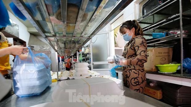 Nhìn gần nơi cung cấp hàng trăm suất ăn cho học sinh cách ly tại Hải Dương - Ảnh 2.