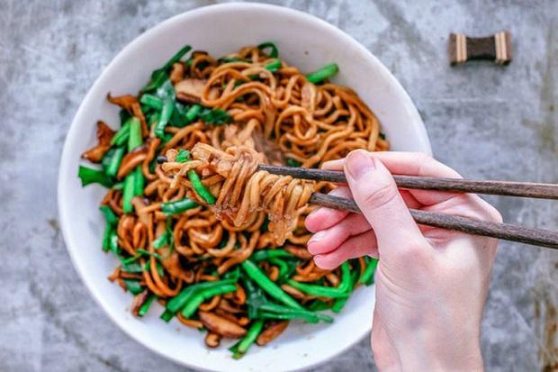 Điều thú vị có 1-0-2 về cách làm món mì trứ danh Trung Quốc: Mỗi bát chỉ có một sợi, người ăn được sợi mì càng dài thì càng trường thọ - Ảnh 1.