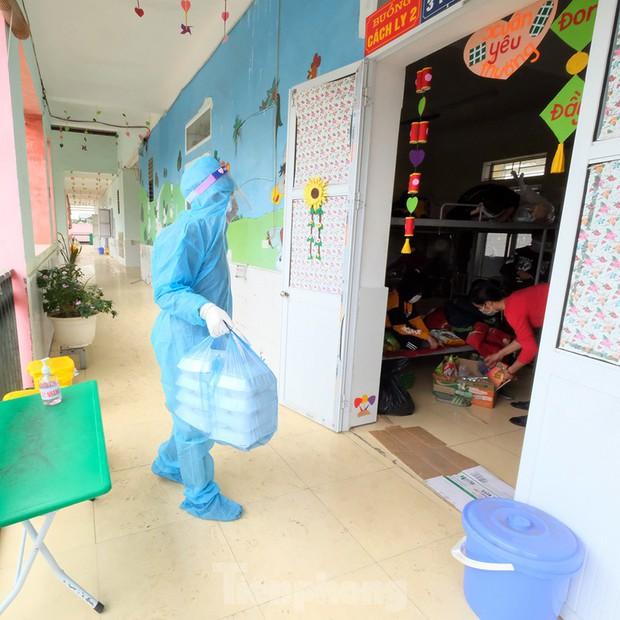 Nhìn gần nơi cung cấp hàng trăm suất ăn cho học sinh cách ly tại Hải Dương - Ảnh 12.