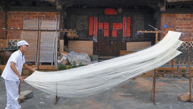 Điều thú vị có 1-0-2 về cách làm món mì trứ danh Trung Quốc: Mỗi bát chỉ có một sợi, người ăn được sợi mì càng dài thì càng trường thọ - Ảnh 3.