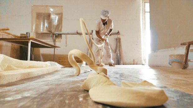 Điều thú vị có 1-0-2 về cách làm món mì trứ danh Trung Quốc: Mỗi bát chỉ có một sợi, người ăn được sợi mì càng dài thì càng trường thọ - Ảnh 4.