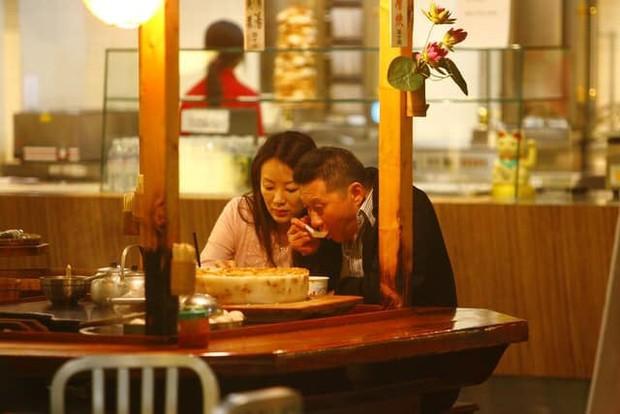 Drama nhiều tập của ông vua viễn thông Đài Loan: Tỷ phú ngoại tình nhiều lần, cuối cùng phải lãnh hậu quả cay đắng vì cuộc đời có vay có trả - Ảnh 4.