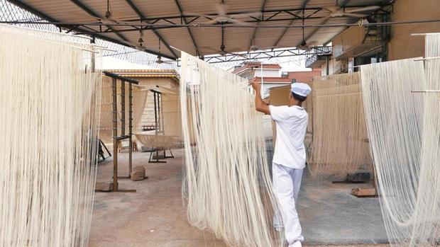 Điều thú vị có 1-0-2 về cách làm món mì trứ danh Trung Quốc: Mỗi bát chỉ có một sợi, người ăn được sợi mì càng dài thì càng trường thọ - Ảnh 5.