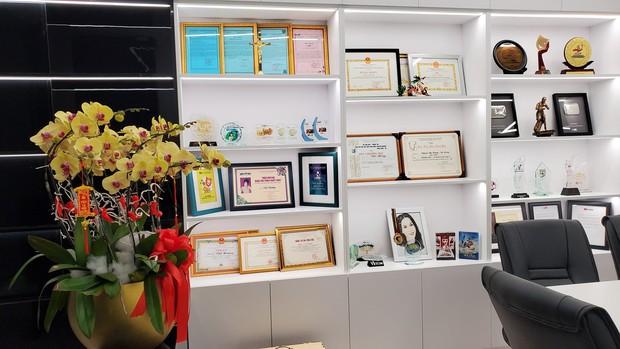 Cơ ngơi khủng của Việt Hương: 2 căn nhà 5 tầng liền kề nhau, đáng giá nhất lại là tủ đồ trưng bày toàn giải thưởng - Ảnh 4.