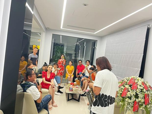 Cơ ngơi khủng của Việt Hương: 2 căn nhà 5 tầng liền kề nhau, đáng giá nhất lại là tủ đồ trưng bày toàn giải thưởng - Ảnh 7.
