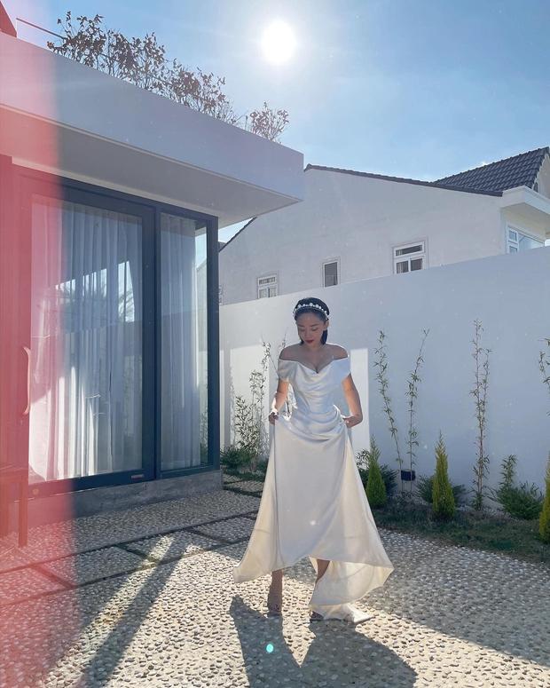 Tóc Tiên diện lại đầm cô dâu lên Đà Lạt kỷ niệm 1 năm cưới theo style chị đại Lee Hyori, vòng 1 bốc lửa o ép chiếm spotlight - Ảnh 3.