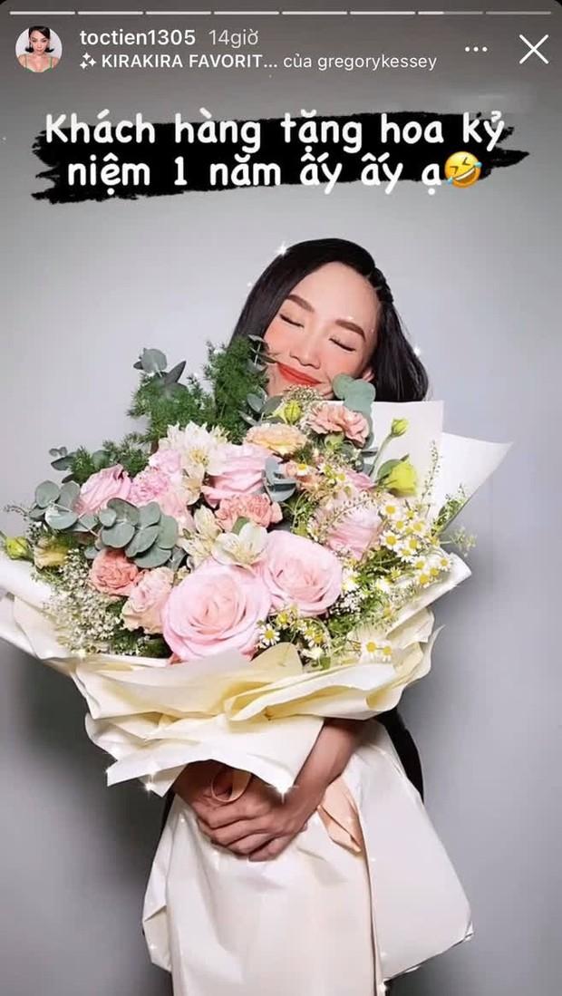 Hoàng Touliver tặng hoa kỷ niệm 1 năm ngày cưới cho Tóc Tiên, ai ngờ bị vợ đáp lại bằng cách gọi là lạ - Ảnh 2.