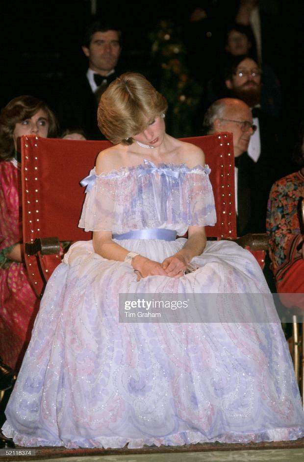 15 bức ảnh không thể quên của Công nương Diana suốt 15 năm chôn chân trong hôn nhân bi kịch: Hạnh phúc chẳng mấy mà sao khổ đau chất đầy? - Ảnh 5.