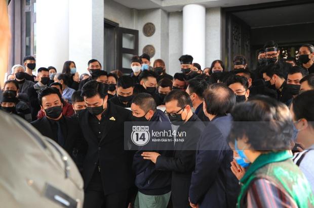 Tang lễ cố NSND Hoàng Dũng: NS Xuân Bắc - Huỳnh Anh cùng dàn nghệ sĩ đến tiễn biệt, linh cữu được đưa đi an táng - Ảnh 6.