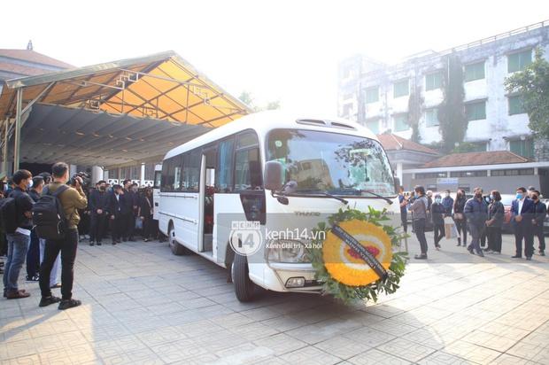 Tang lễ cố NSND Hoàng Dũng: NS Xuân Bắc - Huỳnh Anh cùng dàn nghệ sĩ đến tiễn biệt, linh cữu được đưa đi an táng - Ảnh 2.