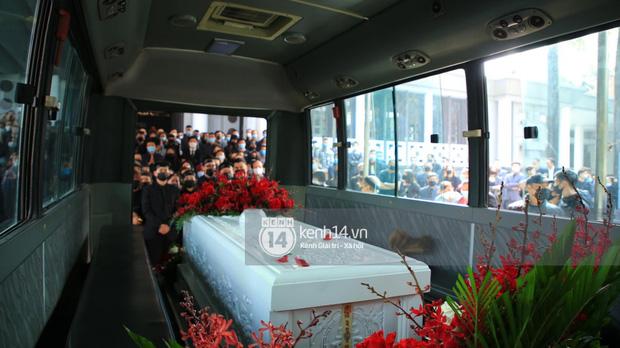 Tang lễ cố NSND Hoàng Dũng: NS Xuân Bắc - Huỳnh Anh cùng dàn nghệ sĩ đến tiễn biệt, linh cữu được đưa đi an táng - Ảnh 9.