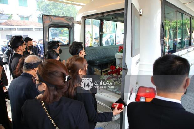 Tang lễ cố NSND Hoàng Dũng: NS Xuân Bắc - Huỳnh Anh cùng dàn nghệ sĩ đến tiễn biệt, linh cữu được đưa đi an táng - Ảnh 10.