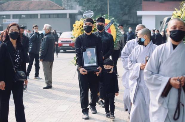 Hình ảnh cuối cùng trước khi chôn cất thi hài NSND Hoàng Dũng ở quê nhà: Con trai ôm chặt di ảnh, tiễn cha về với đất mẹ - Ảnh 5.
