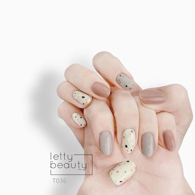 Sau Tết muốn tậu bộ nail đơn giản, xinh yêu thì bạn hãy tia 8 mẫu hot nhất tại các tiệm lúc này - Ảnh 15.
