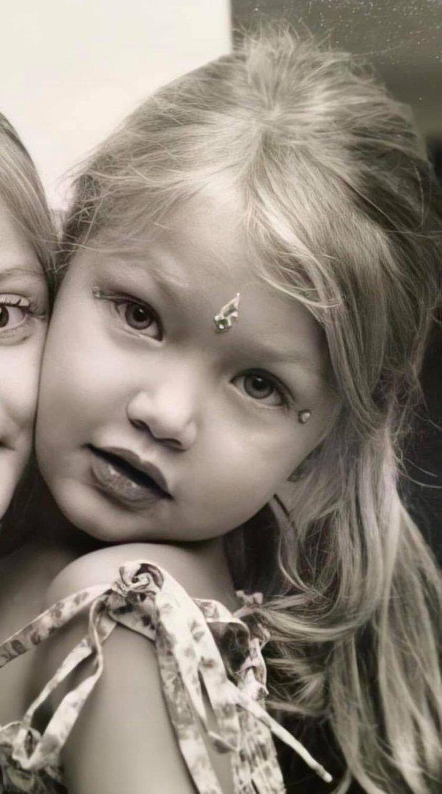 Ảnh hồi bé của Gigi Hadid gây bão: Tóc vàng mắt xanh xinh như búp bê, nhìn là đoán ngay visual cực phẩm của con gái mới sinh - Ảnh 2.