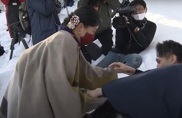 Chú rể bị ném từ đỉnh núi tuyết cao 5m trước mặt cô dâu, nguyên nhân bắt nguồn từ tục lệ kỳ lạ này - Ảnh 2.