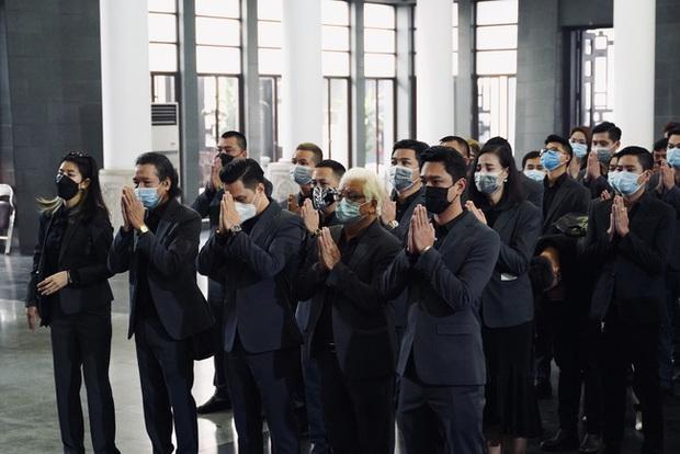 Bên trong lễ tang NSND Hoàng Dũng: Giới nghệ sĩ nghẹn ngào, mắt đỏ hoe trong giờ phút tiễn đưa linh cữu về nơi an nghỉ - Ảnh 9.