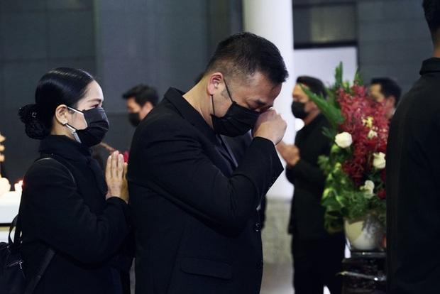 Bên trong lễ tang NSND Hoàng Dũng: Giới nghệ sĩ nghẹn ngào, mắt đỏ hoe trong giờ phút tiễn đưa linh cữu về nơi an nghỉ - Ảnh 10.