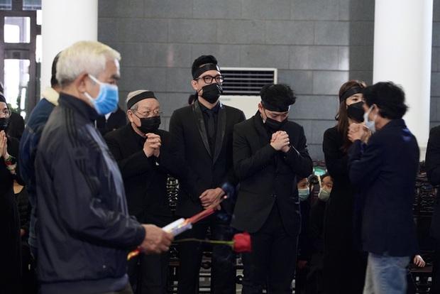 Bên trong lễ tang NSND Hoàng Dũng: Giới nghệ sĩ nghẹn ngào, mắt đỏ hoe trong giờ phút tiễn đưa linh cữu về nơi an nghỉ - Ảnh 11.